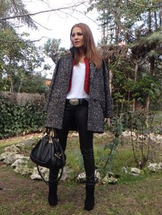 Paula, con abrigo jaspeado, we love her style!!!
