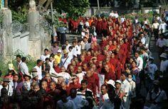 Monjes de Birmania marchan en contra de disculpa por represión:
