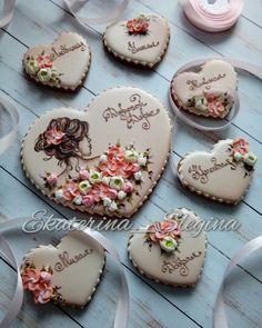 И снова цветы))) Набор сердец для подруги! #пряникисанктпетербург #имбирныепряники #козули #кэндибар #сладкийстол #кингисепп #имбирноепеченье #пряникиспб #пряники #подарокна8марта #подарокмаме #подарокподруге ##gingerbread #galetasdecoradas #flowersdesign #amazing