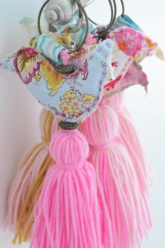 Borlas con Pajaritos Rosa - Disponible Febrero 2015 Bird Crafts, Diy And Crafts, Arts And Crafts, Cool Diy Projects, Craft Projects, Knitting Stiches, Tassel Jewelry, Tassel Earrings, Fabric Birds