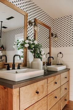 #blackwhitebathrooms Pottery Barn, Farmhouse Pottery, Diy Vintage, Vintage Yellow, Vintage Style, Vintage Fashion, Diy Bathroom Decor, Bathroom Ideas, Small Bathroom