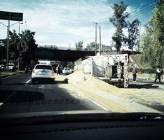Tráiler volcado en el trébol de ingreso de Periférico a Av. Vallarta ocasionó el cierre de dos carriles hacia el poniente. Reportero Ciudadano: Anónimo
