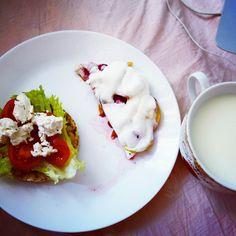 cэндвич из салата, черри и феты и белковый пирог с яблоками и вишней...и молокооо