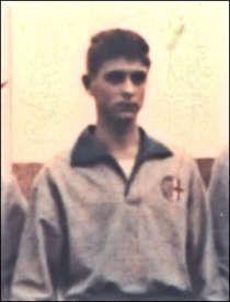 Un giovanissimo Gianni Rivera con la maglia grigia