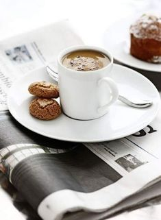 Great ways to make authentic Italian coffee and understand the Italian culture of espresso cappuccino and more! Coffee Is Life, My Coffee, Coffee Lovers, Coffee Girl, Espresso Coffee, Coffee Mugs, Coffee Cafe, Coffee Drinks, Coffee Shop