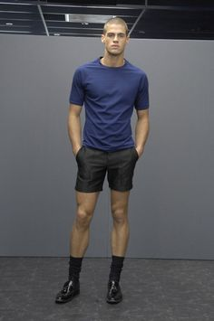 Can we pull off shorts with black socks? Look Fashion, Mens Fashion, Fashion Menswear, Paris Fashion, Trendy Fashion, High Fashion, Older Mens Hairstyles, Chad White, Spring Shorts