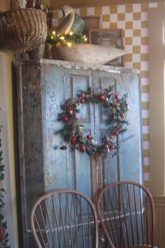 Eye For Design: Decorating In The Primitive Colonial Style this would look good on my china cupboard Prim Decor, Country Decor, Rustic Decor, Farmhouse Decor, Country Homes, Vintage Farmhouse, English Farmhouse, Country Blue, Country Charm