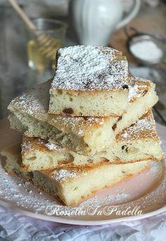 Focaccia dolce senza impasto senza uova, con miele e uvetta