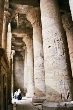Sala hipóstila, Templo de Edfú, Ép Ptolemaica. 1ª sala hipóstila esta cubierta, tiene 12 grandes columnas de capiteles compuestos. 2 pequeñas habitaciones junto a la entrada de esta sala se destinaban a los ritos de purificación de los sacerdotes y la otra era una biblioteca.  A continuación se llega a la 2ªSala Hipóstila o sala de los festivales. Es la parte más antigua del templo, es de menor tamaño y tiene 12 columnas decoradas con formas vegetales en su parte inferior.