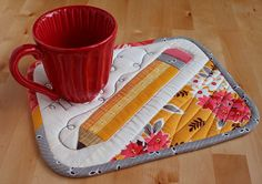 Cute idea for teacher gift Pencil Mug Rug Table Runner And Placemats, Quilted Table Runners, Small Quilts, Mini Quilts, Mug Rug Patterns, Quilt Patterns, Quilting Projects, Sewing Projects, Patchwork Quilt