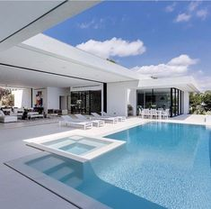 Luxury Swimming Pools, Luxury Pools, Dream Home Design, Modern House Design, Modern Pool House, Modern Pools, Luxury Homes Dream Houses, Modern Architecture House, Dream House Exterior