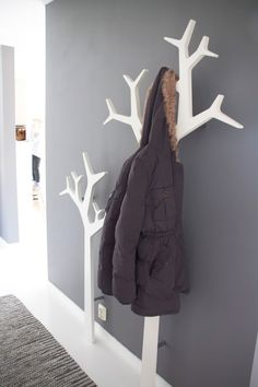 Kids room tree coat rack hallways, house ideas, wood, home decor, runners Tree Coat Rack, Coat Tree, Coat Racks, Decoration Entree, Diy Casa, Coat Hanger, Wall Hanger, Wall Hooks, Home And Deco