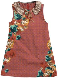 Max - dress flowers - An incredible nice dress in the newest trend colours. Magnificent print with checks and flowers. The detachable collar with little sequins gives the dress that extra little something. Back zipper and shiny lining. 96% cotton/4% lycra.