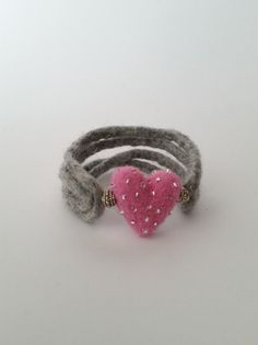 Gefilztes Armband mit Herz von FilzEla auf DaWanda.com
