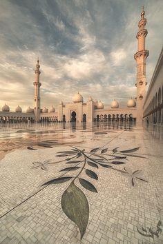 Beautiful and peaceful place :D Sheikh Zayed Grand Mosque, UAE~ ❤️ Abu Dhabi, Beautiful World, Beautiful Places, Dubai, Mosque Architecture, Mekkah, Beautiful Mosques, Grand Mosque, Famous Places