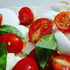 Pizza bufala e pachino home made (italian street food)