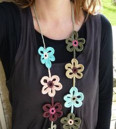 How To Make Jewelry Cheaply For Wholesale Profits *** Learn more by visiting the image link. Crochet Daisy, Mode Crochet, Diy Crochet, Crochet Crafts, Crochet Flowers, Hand Crochet, Crochet Projects, Crochet Flower Scarf, Bracelet Crochet