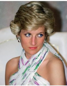 Diana Princess of Wales attends a State Banquet in Lagos Nigeria on March 16 1990 Diana is wearing a Catherine Walker chiffon evening dress Princess Diana Fashion, Princess Diana Pictures, Lady Diana Spencer, Spencer Family, Royal Princess, Princess Of Wales, Princess Elizabeth, Queen Elizabeth, Pretty Woman