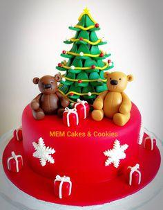 Tarta realizada con un delicioso bizcocho de chocolate y pepitas de chocolate negro, cobertura de fondant rojo y decorada con figuras, árbol, paquetes de regalo y estrellas, de pasta de azúcar.