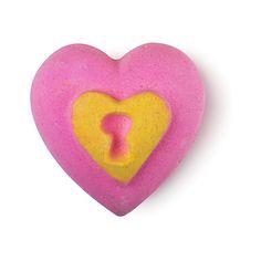 Love Locket (Bath Bomb) - Lush Fresh Handmade Cosmetics (€11) ❤ liked on Polyvore featuring beauty products, bath & body products, body cleansers, lush, bath bombs, cosmetics and filler