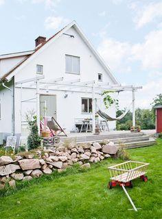 """50-TᎯℒSℋUS OℳᎶℐVℰT ᎯᏉ ℬℰTᎯNDℰ ℱÅℛ: Trädäcket utanför kök och groventré byggde Anna och Fredrik andra sommaren i huset. Där är det kvällssol och familjen använder trädäcket mycket, till umgänge och middagar med vänner, men också för lugna stunder i hängmattorna. En annan populär plats är det forna garaget som byggts om till ett gästhus med badavdelning och har fått en terrass med sydländsk stämning.   """"När Fredrik påbörjade arbetet fanns bara ytterväggarna kvar"""", berättar Anna. """"Han har satt…"""