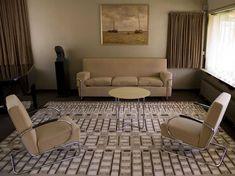 Huis van Sonneveld, naast Nai in Rotterdam met Gispen meubels. Let op de opstelplaats voor gordijn...