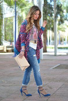Mom jeans zapatos azules y kimono