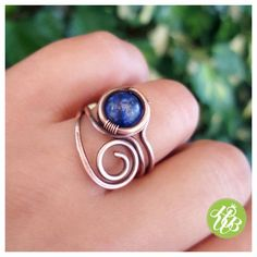 El alambre real envuelve anillo de lapislázuli de cobre sólido. Este anillo de alambre de cobre es totalmente hecho a mano, tejido, envejecido y pulido a mano.  Lapislázuli es la piedra de la chakra de la garganta (chakra del tercer ojo), es un cristal de gran alcance para activar la mente superior y mejorar la capacidad intelectual. Cuando el chakra de la garganta está en equilibrio, nos podemos sacar nuestra trutht personal en el mundo. Este anillo de lapislázuli de alambre puede ser un…