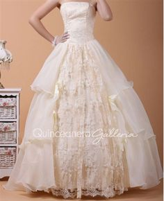 This would be a cute dress for a vintage themed quince❤