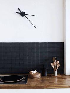 matte black subway tiles for kitchen backsplash Interior Desing, Interior Inspiration, Kitchen Inspiration, Modern Interior, Design Inspiration, Interior Photo, Black Subway Tiles, Kitchen Black Tiles, Kitchen White