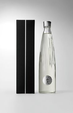 "I'm told the name of this bottle is ""white deer black pine"" PDHakushika. I'm told the name of this bottle is ""white deer black pine"" PD Clever Packaging, Water Packaging, Beverage Packaging, Bottle Packaging, Brand Packaging, Design Packaging, Bottle Labels, Design Oriental, Sake Bottle"