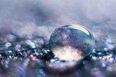 Sólo el color de unas pocas gotas de agua Con un elemento tan corriente y natural como el agua el fotógrafo Shawn Knol es capaz de realizar...