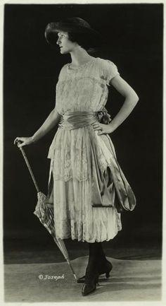 Viva La Propagandista - saisonciel: Women's fashions, 1921