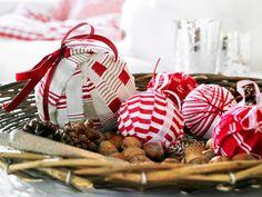 Raidoista, ruuduista ja punaposkisista omenoista, niistä syntyvät perinteikkäät koristeet joulun tunnelmaa tuomaan. Pengo kangaslaatikoita, osta muutama omena ja toteuta helpot ideat.RäsypallotKerää e...