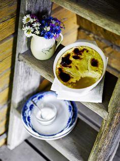 Uunijuusto on vastustamaton vanhan ajan herkku. Ripota päälle hienoa sokeria ja lusikoi seuraan mojova keko mansikkahilloa.