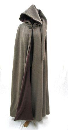 Mittelalterlicher Mantel / Umhang aus sandbrauner Lamawolle, mit braunem Fleece-Futter und Kapuze mit langem Zipfel. Verschluß: altgold farbene Schließe Rosetta