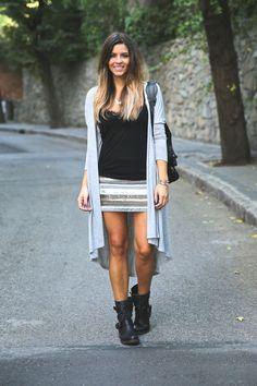 #ootd #blogger Modelo: Trendy Taste @TrendyTaste Faldeta joya combinada con una camiseta básica negra, chaqueta XXL y botas moteras. Complementos: bolso y el collar de media luna. Chaqueta/Cardigan: Fashion Pills Falda/Skirt: Buylevard Botas/Boots: Steve Madden via 338online.es Bolso/Bag: Balenciaga Collar/Necklace: By Neska Polita