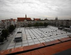 """Niedawno ukończono przebudowę placu Nowy Targ we Wrocławiu. Jest to realizacja, która budzi kontrowersje. Niektórzy zarzucają architektowi, że plac jest jak """"betonowa pustynia"""". http://www.sztuka-krajobrazu.pl/532/slajdy/przestrzen-publiczna-ndash-plac-nowy-targ-we-wroclawiu"""