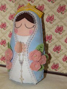 Boneca estilo matriosca de Nossa Senhora das Graças, uma ótima opção para presentear e decorar sua casa. Feita em tecido e feltro, toda bordada a mão, com rosinhas decorando o manto em feltro e perolas