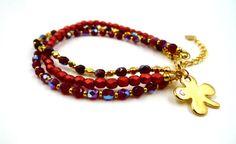 Bracelet 3 rangs en perles de bohème rouges et en métal doré. Breloque trèfle à 4 feuilles ornée d'un petit strass en cristal de Swarovski. Fermeture réglable grâce à la chaînette d'ext… Swarovski, Beaded Bracelets, Jewelry, Crystal, Bangle Bracelets, Rhinestones, Beads, Handmade, Color