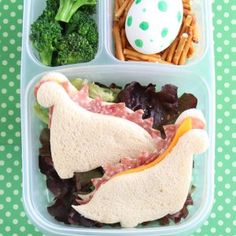 Learn to make this easy Dinosaur Bento Box – plus a GIVEAWAY in lunch gear! Bento Box Lunch For Kids, Bento Kids, Kids Lunch For School, Lunch Snacks, Box Lunches, Bento Lunchbox, Lunch Boxes, Kids Lunch Box Ideas Schools, Bento Lunch Ideas