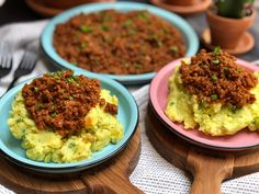 Spruitjes stamppot met pittig gehakt – Familie over de kook Brussels sprouts stew with spicy minced meat – Family over the boil Potato Recipes, Guacamole, Natural Health, Stew, Slow Cooker, Spicy, Curry, Food And Drink, Healthy Recipes
