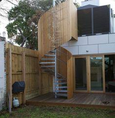 escalier colimaçon exterieur, escalier metal exterieur, protégé par une construction en bois Spiral Staircase, Stairways, Architecture, Curb Appeal, Beautiful Homes, Deck, Doors, Outdoor Decor, House