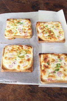 Penne im Topf: Flammkuchen - Toast  Flammkuchen - Toast  Für 8 Scheiben Toast  1 Becher Creme Fraiche (200g) 1 kleiner Schuss Sahne 1/2 Zwiebel 100 g Schinken (roh) 150 g geriebener Käse Salz Pfeffer Schnittlauch