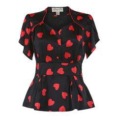 Lækker bluse i utroligt lækkert sort stof med røde hjerter - det feminine er lige os, plus size.