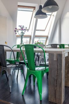 Our designer @kathykunz25 planned and organized the interior of this German startup office according to their branding requirements. Industrial style dining area with green, silver and black Tolix chairs.