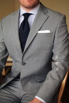10 Common Men's Style Mistakes to Avoid Light Grey Suits, Grey Suit Men, Mens Fashion Suits, Mens Suits, Costume Anglais, Terno Slim, Suit Combinations, Mode Costume, Herren Outfit