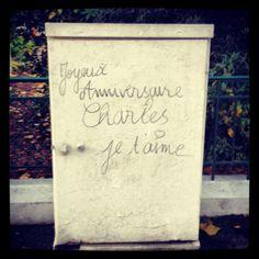 Il est interdit d'écrire sur le mobilier urbain. Mais joyeux anniversaire Charles.  Source : http://instagram.com/alfortville_94