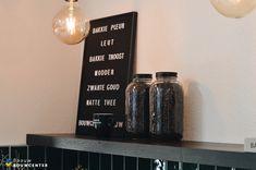 Retro koffiehoek met groene tegeltjes. Accessoires mat zwart en een betonnen blad. Echt een gezellig hoekje voor klanten! Showroom, Lettering, Crying, Accessories, Drawing Letters, Fashion Showroom, Brush Lettering