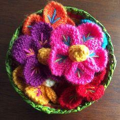 Flores de colores tejidas a crochet y bordadas con lana (inspiradas en el bordado de los artesanos de Ayacucho, Perú).